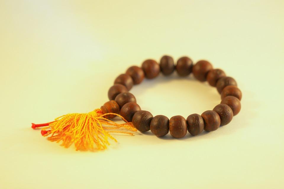 D'où vient cette nouvelle tendance de bracelets sur tous les poignets ?
